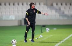记者:国足进行9人大轮换幅度惊人,主教练李铁果断且有胆识