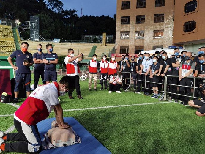 记者:中超广州赛区组织了心肺复苏和AED使用的学习培训
