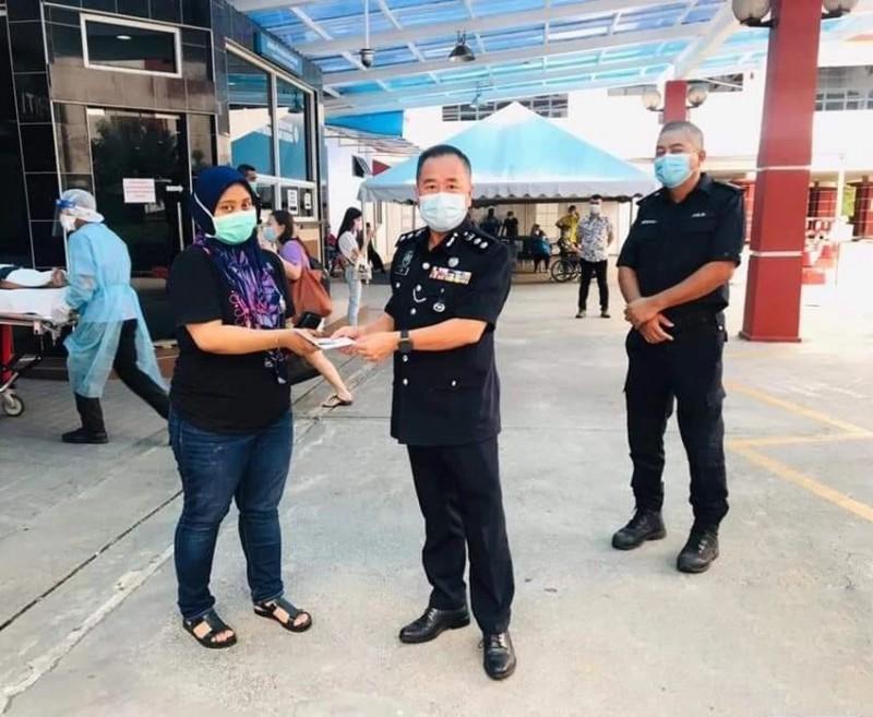 疫情肆虐摧毁家庭 马来西亚女警3天内痛失父母和弟弟